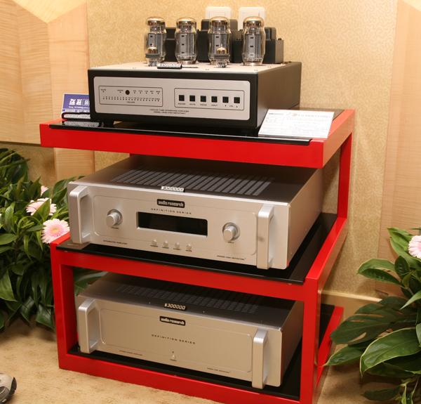 一旁則有數台Audio Research做靜態展示,從上至下分別是Vsi-60真空管綜合擴大機、Dsi200綜合擴大機,以及立體聲DS225後級。