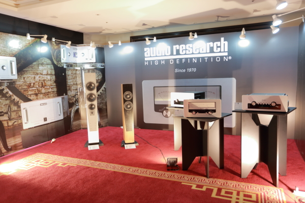 Audio Research的伽利略系列擴大機,集古典與現代美感於一身。GS-Pre前級售65萬,GS-150後級售85萬,身後的則是GSI-75綜擴。