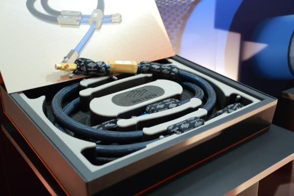 Siltech的新產品,直指高階用家,Triple Crown系列,訊號線1M定價130萬、1.5M定價178萬。