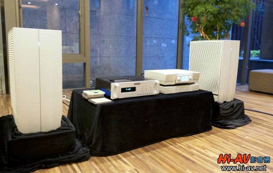 領軍開聲的是丹麥Dynaudio旗艦喇叭Evidence Master,驅動它的是Constellaton Audio旗艦單聲道後級Hercules Mono,前面搭配同廠Altair Ii旗艦分體式前級,數位訊源則是Audio Research Reference CD-9 CD唱盤。