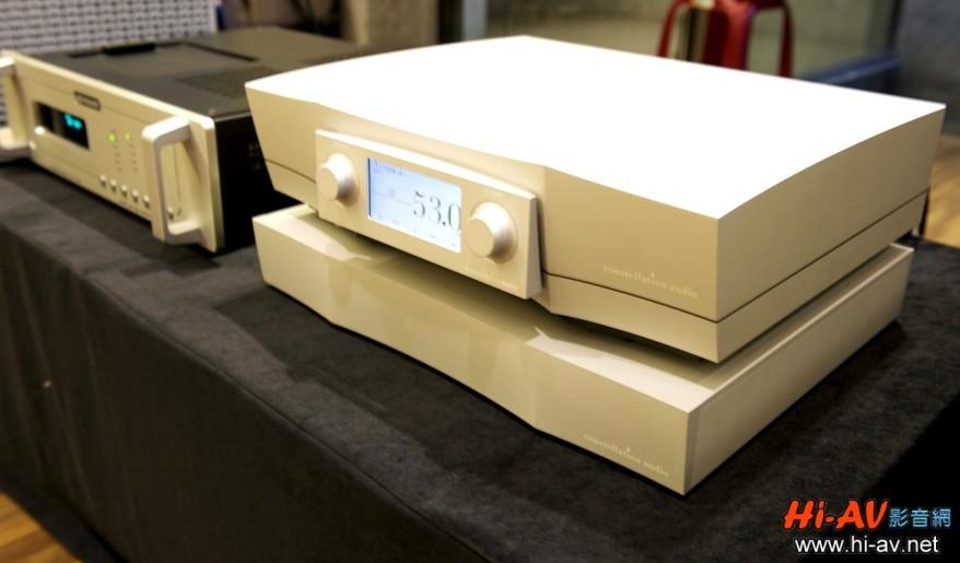 照片右側器材就是Constellation Audio Altair Ii旗艦分體式前級,左上角則是Audio Research Reference CD-9 CD唱盤,音響系統使用的線材是「荷蘭線王」Siltech。