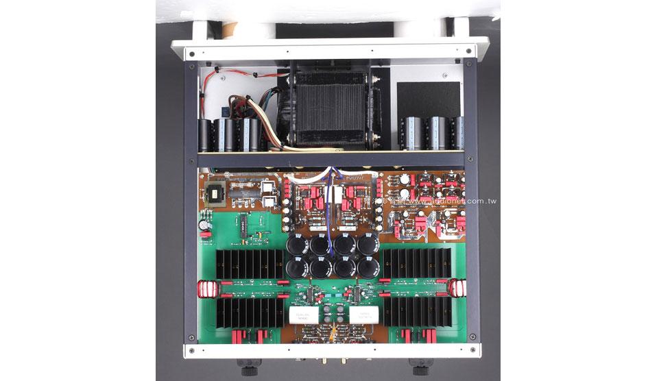 打開DS450觀看電路設計,我們分為兩個地方討論。首先看到的是放大電路,DS450與先前推出的T類放大機種有很大的不同,Class-T技術是由Tripath公開發的模組為主軸建立的(也是T類的由來)。一般而言,D類擴大機採取輸入信號與三角波比對的方式作PWM轉換,因此轉換的正確性會受到三角波形的影響,一旦三角波的大小、形狀不夠正確,PWM波形的誤差就會變大。Class-T的作法是在類比信號輸入後進行Delta-Sigma A/D轉換,把類比信號變成1 bit數位信號,最後再轉換成PWM信號以求取比傳統D類電路更高的精確性。 這次為何會回歸D類?原廠沒做解釋。從放大電路上來看,這次設計的主軸是美國IR公司推出的IR 2092晶片,這顆晶片的功用有三:第一, 它負責將輸入的類比訊號轉換成PWM信號。第二,它負責驅動PowerMOS晶片。第三,在PWM訊號最後經過低通電路轉換前,這只晶片會送出負迴授到晶片的輸入端。