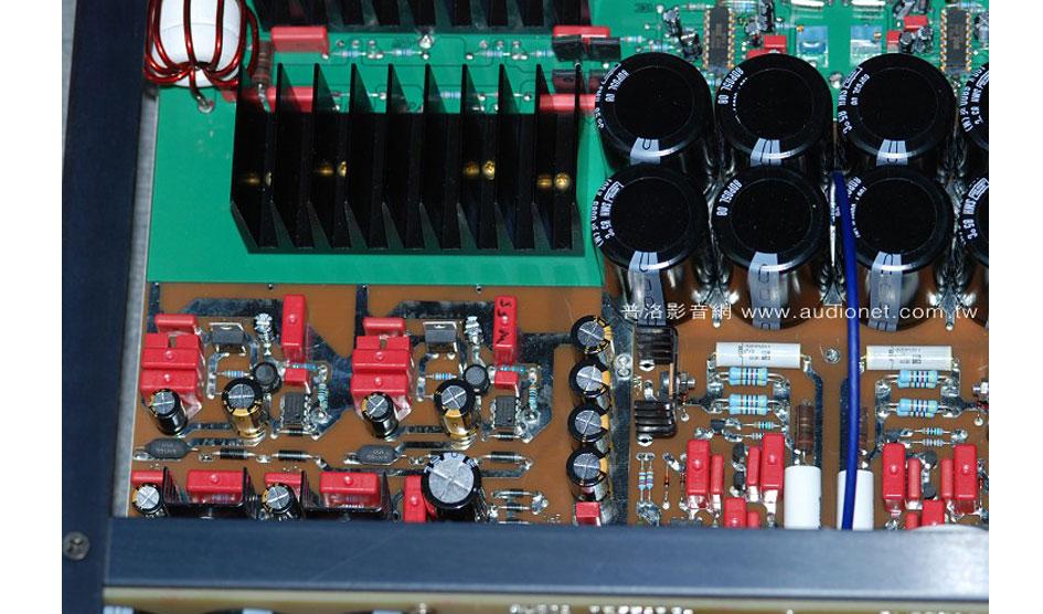 每次看到Audio Research擴大機的內部,都會覺得用家花得每一分錢都值得,DS450也沒有例外。先看到放大電路部分,佈滿了紅色的Wima高級電容與其它高階的元件,可看出原廠為求好聲,不太考慮成本的問題。