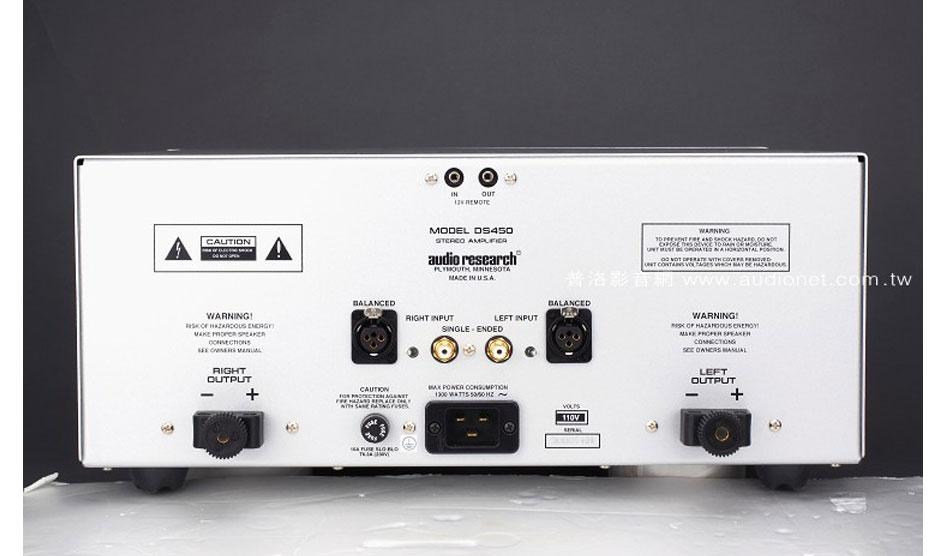 背板的設計相當簡單,不過可以看到他們用上的喇叭端子是Cardas的高檔貨,只要用上Y插可以鎖得非常緊。再者就是電源,DS450配的是20A大電流專用的端子。