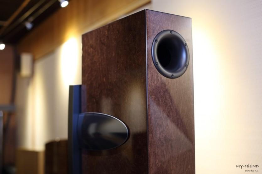 Confidence C4 Platinum有兩個低音反射孔,一個位於背部頂端,一個位於背部下方位置,開口部分的線條柔和平順,減少端口因空氣推擠造成的噪聲或失真。
