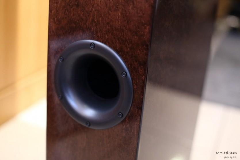 下方的低音反射孔。