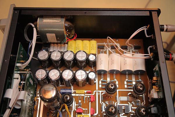 這是類比放大的電源部分,可以看到電容也換成更大的了。