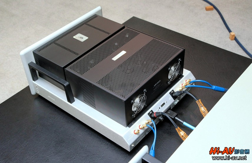 和GSPre一樣,兩支Audio Research招牌把手被移至機身側面,且面板邊緣同樣從背面打磨成優雅的弧形流線。值得注意的是機身側面前方的兩個小孔,那是調整功率輸出管偏壓時所使用的調整孔,左右各兩個總計四個。咦?GS150不是有8支功率管嗎?原來每個孔可以連動調整兩支管子。原廠表示,每一支KT150在出廠前都已調好65mA的偏壓,只要看中央錶頭的指針處於綠色範圍內偏壓即為正確。