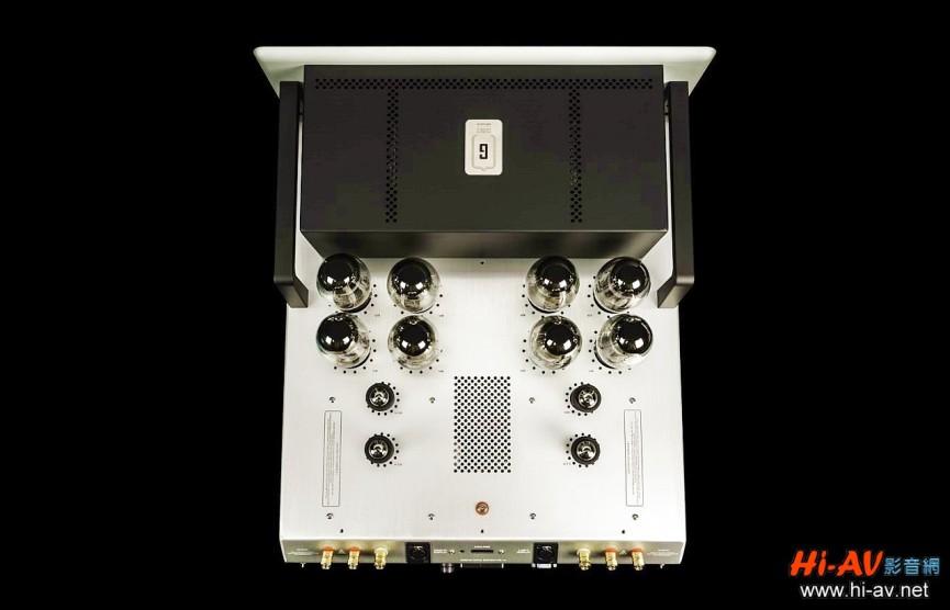 GS150的箱體佈局分為兩大部分,前方以金屬機箱屏蔽的是電源變壓器、輸出變壓器以及濾波電容等電源系統,後方則有左右對稱排列的八支KT150功率管與四支6H30訊號管。GS150的整體負迴授是14dB,頻率響應是極寬廣的0.5Hz至120kHz,而13V/ms的迴轉率與2.0ms的上升時間,更顯示本機的暫態反應快得驚人,後續實際聆聽也確實感受到在音樂重播上的優點。