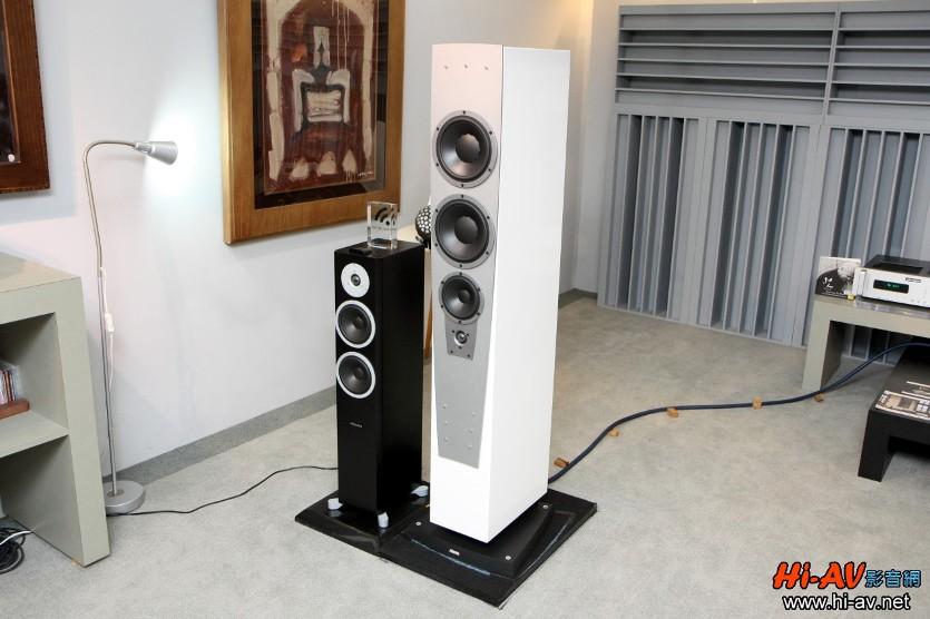 聆聽搭配的主要喇叭是照片裡白色外觀的Dynaudio Contour S 5.4,外側黑色外觀者則是該廠引領Hi-End無線主動式喇叭風潮的Xeo 6。「Coutour系列」在 Dynaudio家族裡排名僅次於旗艦Evidence系列與次旗艦Confidence系列,而且它是除了前旗艦Consequence之外,唯一全系列採用高音在下「倒轉式」單體排列者,整體音樂重播性能相當優異。