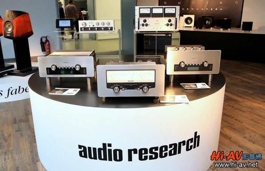 這就是Audio Research G系列去年五月在德國慕尼黑音響展首度公開的布置,前排從右至左分別為GSi75綜合擴大機、GS150後級與GSPre前級。後方架高的兩部器材,則是G系列外型設計的「靈感來源」,分別為SP-1A前級與D-79後級,鋁原色面板及黑色顯示幕邊框來自前者,後級的三個表頭模樣則取自後者