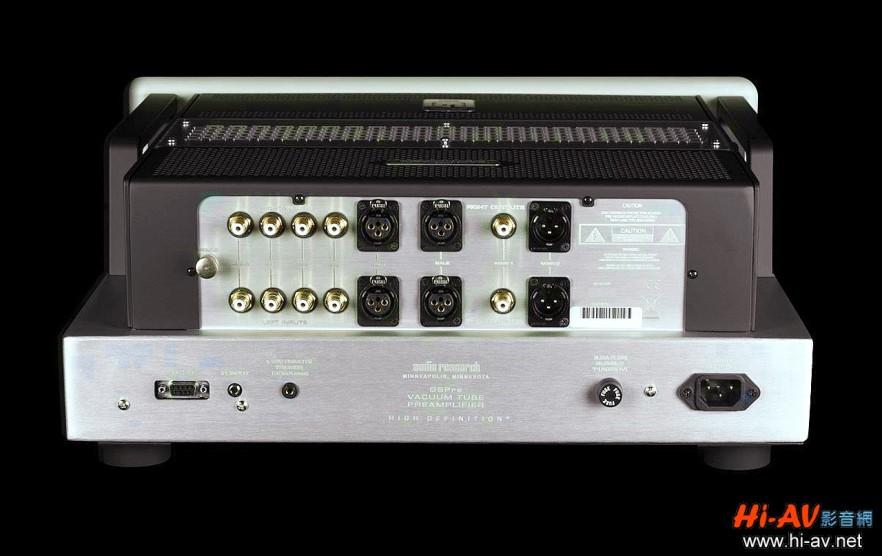 觀察GSPre設計簡潔的背板可知,本機具備平衡及非平衡的輸入與輸出,背板左側的輸入端有四組RCA端子與兩組XLR端子,右側輸出端則有RCA與XLR端子各一。因應兩聲道Hi-End音響及家庭劇院整合的風潮,GSPre可將第三組RCA輸入設定為「劇院旁通」輸入,只要將環繞擴大機的左右聲道前級輸出與它相連,GSPre所連接的後級與喇叭,就可同時作為家庭劇院的左右聲道使用。
