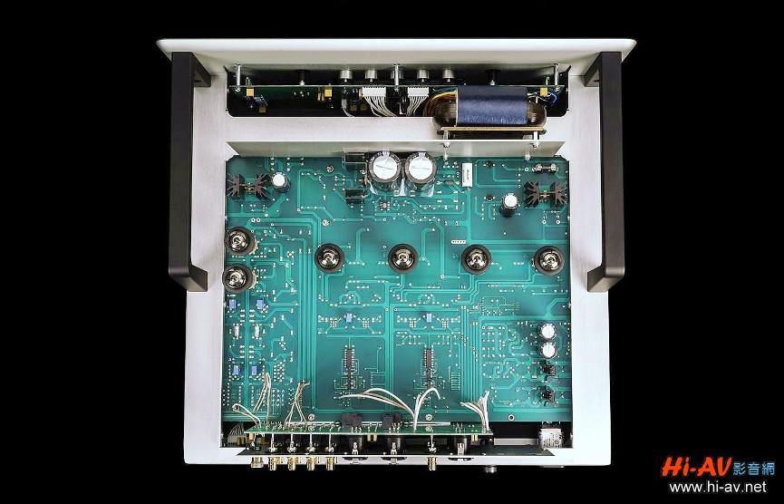 GSPre機箱內部結構可分為三部分,最前方是電源與顯示幕、操作電路板,中段主電路板上有六支6H30真空管,後方垂直裝設的則是輸入輸出電路。為了杜絕干擾,電源與後方真空管與電路板間還設有厚金屬板阻隔。此外,GSPre的電源不像REF 5SE使用真空管整流,而是全都採用固態元件供電,R Core型電源變壓器位於前面板左側後方,穩壓線路多達七道,提供各部電路穩定電源。本機唱頭放大電路採純A類單端架構,高電平前級放大電路為純A類差動平衡模式,兩者均保留Audio Research傳統的無負回授設計,前端輸入級也都採用超低噪訊的JFET,只不過唱頭放大器的輸出級採用兩支6H30雙極管,增益 58dB、訊噪比-77dBV;而高電平放大輸出級則用了四支6H30兩兩併聯,增益13.8dB、訊噪比-101dBV。至於耳機放大輸出級,則與高電平放大共用其中兩支6H30真空管,增益是11.3dB,原廠表示從30到300歐姆阻抗的耳機都能輕鬆驅動。
