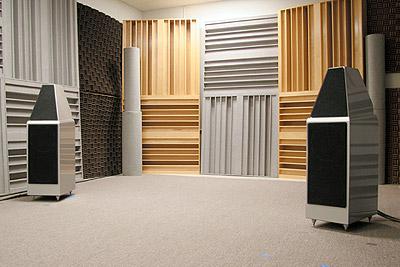 專門調整適合器材品管聆聽的測試環境。使用Wilson Audio Watt & Puppy 7喇叭。LP唱盤使用VPI新款的產品,唱頭則使用Grado的高級型號。測試用的擴大機使用自家的多聲道前級,訊源則是CD3 MKII。