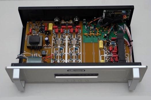 這是先前所推出DAC8的內部照片,在USB數位輸入部份DAC8採用USB 2.0 HS(High Speed 480Mbps)規格,Audio Research為此特別撰寫ASIO驅動程式「DAC8 HD Audio Device」,讓個人電腦的音樂檔案能以BIT PERFECT與低時基誤差傳入本機,有助於提高重播音樂音質表現。核心的數位類比轉換部份,DAC8每聲道各使用兩顆數位類比轉換晶片處理,一方面有效降低噪音,再者也可增加音樂的動態範圍表現。為求達到最低的時基誤差,DAC8還配備了兩個主時鐘振盪器,其一用於44.1、88.2或176.4kHz的取樣頻率,另一個則對應48、96與192kHz的取樣頻率。以上這些數位類比轉換的用心處理,全數都移植到DSPre身上。
