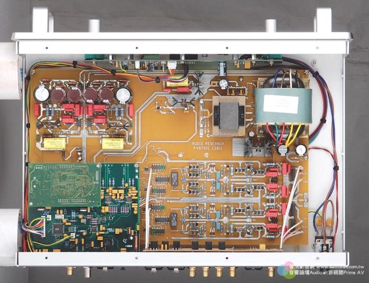 雖然沒有使用真空管,但DSPre依然採用全平衡、無負回授、左右聲道完全獨立的電路架構,並以獨立電源供應數位與類比電路,可以看到左半部是數類轉換電路,右邊則是純A類的前級放大電路。