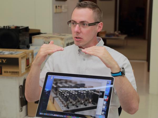 這位帥氣的青年就是Audio Research的國際行銷經理Brandon Lauer,他正在跟我們介紹ARC怎麼嚴格測試購進的真空管。
