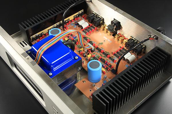 AX-7e每聲道就只用一顆18,000 uf濾波電容,但照樣能夠輸出充裕的電流,喇叭阻抗從8歐姆降到4歐姆時,功率可由60瓦倍增至120瓦。