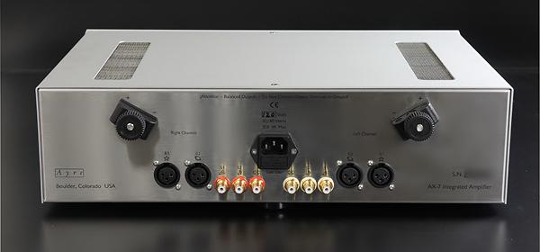 AX-7e電路的佈局呈左右兩聲道分離,因此背板上輸出、入端子的排列也是如此。雖然只能用Y插,不過Cadas的喇叭座可以鎖得很緊。