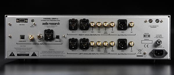 全平衡的DSPre提供XLR與RCA輸出各一組。較特殊的是左上角有一RS232接頭,可藉此連接Crestron自動控制系統的器材,可以讓府上的Hi-End系統更容易融入整體的影音系統中。