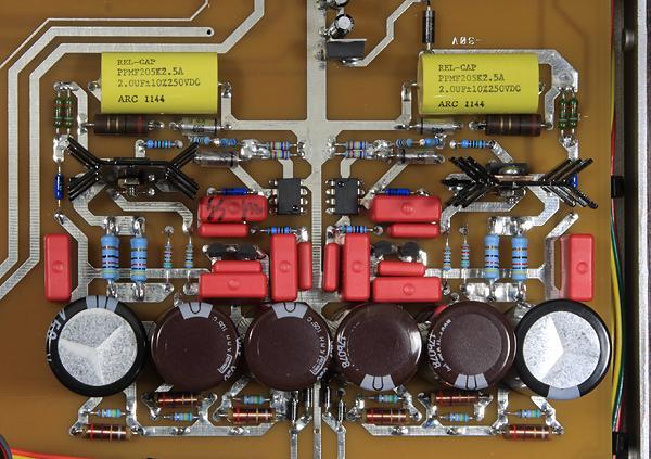 這是類比放大的電源濾波與穩壓部分,可以看到昂貴的紅色WIMA電容用了不少。