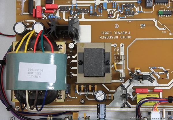 全機用了一顆大的R-Core電源變壓器與一顆較小的EI變壓器,讓類比與數位所需電源能個別供應。