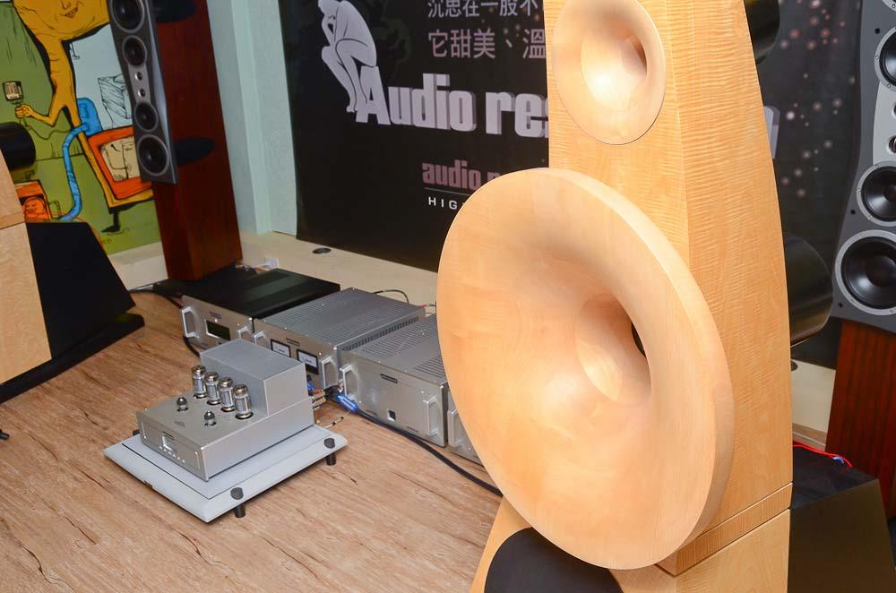既然是用實際聆聽的方式,少不了示範的喇叭,今天的最佳配角是德國ODEON NO.38號角喇叭,在三音路設計中,高音與中音都搭載了圓形號角,高音部分有壓縮驅動器設計,而中音巨大的號角看起來是由木塊接合後,在切削成圓形,感覺加工過程不簡單呢!低音是15吋的紙盆單體,有點像是JBL的單體。 NO.38的效率高達96dB,我想不管是Reference 75還是VSi 75,推起來應該都沒大問題吧!