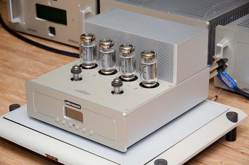 首先上場的是VSi 75綜合擴大機,每聲道還是使用兩支KT120功率管推挽輸出,輸出功率從上一代的52瓦進步到75瓦。在輸入級部分應該還是採用jFET,然後交給6H30作為驅動級。跟VSi60不同的是,它新增了LCD螢幕,可以顯示音量大小等資訊,而且音量控制採用全新設計,共有103階音量大小可以調整,用家能輕鬆選出最理想的音量。原廠說VSi 75等於是全新構思下的產品,並不是VSi 60的改良版,兩者無法相提並論,定價則是小幅上漲來到350,000元。