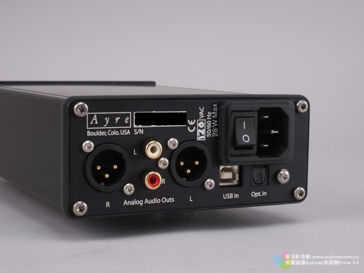 這是背板部份,可以看到數位數入介面提供了USB與光纖兩種選擇,類比輸出則有XLR與RCA各一組。