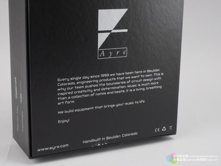 箱體的另一側Ayre印上了產品設計理念,內容的大意是說品牌自創立以來,所有的產品設計與製造都堅持在美國科羅拉多的Boulder進行,另外也強調Ayre設計產品時都是追求電路設計的極限,目的是讓美好的音樂融入日常生活之中。