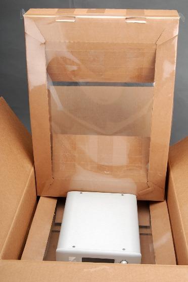 從這張照片你就可以看出來,箱內為上下兩層結構,上面用膠膜直接壓在QA-9上方,因為緊密接觸所以機器完全不會移動。j