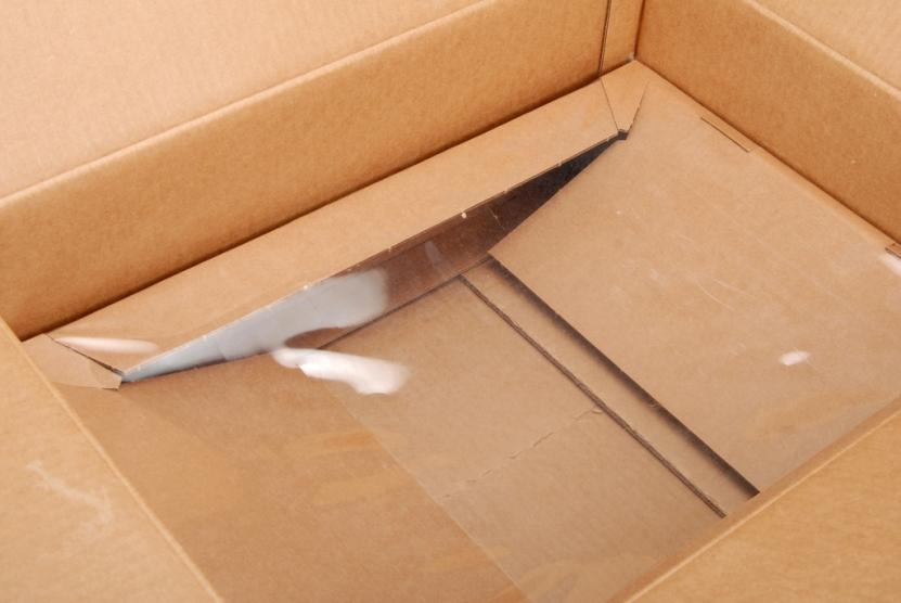 上面照片可能看不太出來,這張角度就可以看到膠膜如何讓QA-9「浮」在箱子中間。