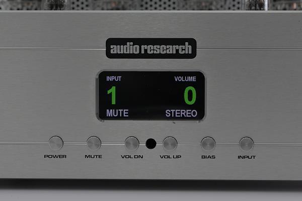 冷光LCD面板,功能顯示都濃縮在這裡,而且連文字都多彩多姿,音量顯示與輸入檔位用綠色大字,其他文字則用白色小字。