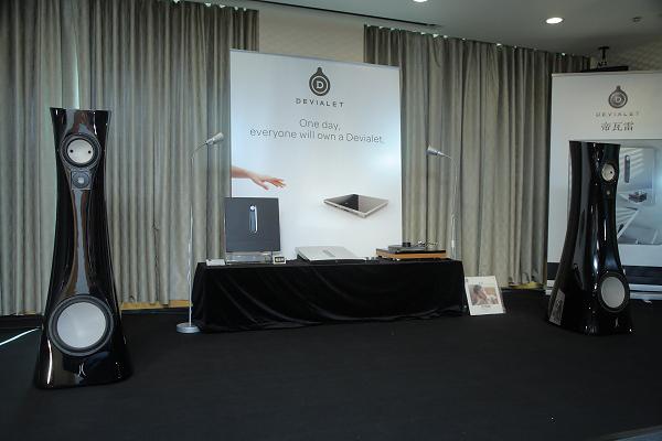鈦孚在秋楓廳的主系統為法國Devialet 240擴大機,搭配愛詩特濃Estelon XA旗艦喇叭。鈦孚在這裡擺出三套訊源,包括CD、數位流以及類比黑膠,畫面中的黑膠唱盤相當特殊,是由德國Willibald Bauer所開發,但經Ayre調音的dps唱盤。由於Devialet 240本身便具備唱頭放大功能,因此dps可以直接連結使用。