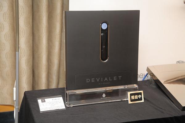 帝瓦雷Devialet 240擴大機(68萬)每聲道可輸出240瓦功率,並具備Wi-Fi接收模組,接上喇叭便可聆聽。不過這次鈦孚一次便用了兩部Devialet 240,因為立體聲的Devialet 240可以橋接成單聲道,功率增加為500瓦。畫面中右側那部表面為鏡面鍍鉻的便是右聲道。