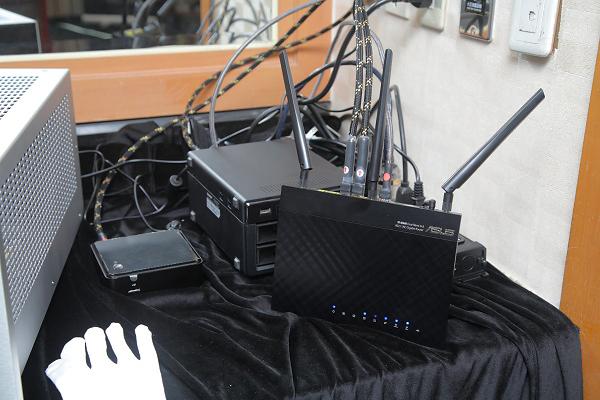 Devialet 240的訊號就是從這裡無線傳過來的,包括NAS、無線IP分享器,以及一台超迷你PC電腦。