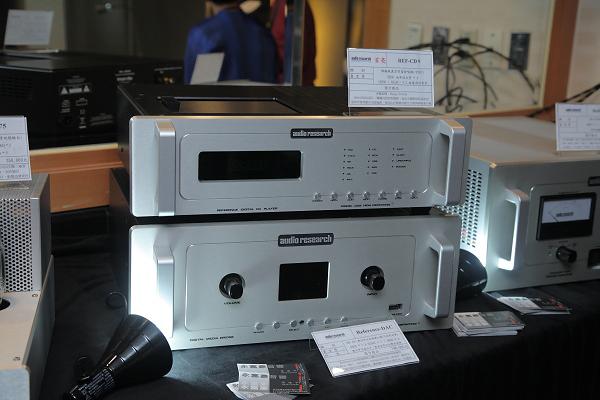 上面是Audio Research首度亮相的Reference CD9旗艦真空管CD唱盤,下面的則是Audio Research旗艦訊源Reference DAC。展覽期間的CD播放任務,便是交由這部CD9。