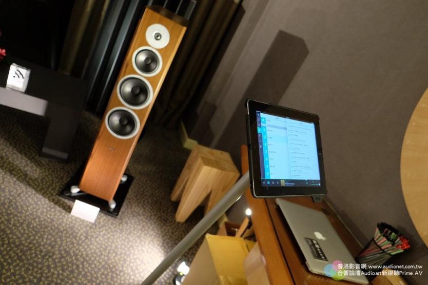 這是控制音樂播放的平板,用一個漂亮時尚的架子支撐,這是翔語花了好多時間才找到的架子。想要體驗新世代的音響生活,請來翔語展房看看。