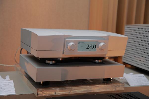 夢幻品牌Constellation Altair II前級,採電源分離設計,建議售價325萬元。