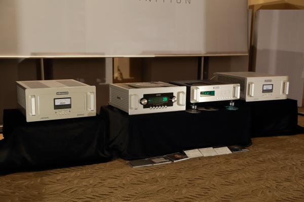 Audio Research的CD9 CD播放機、REF6前級與REF250後級。CD9身兼CD播放機與USB DAC功能,類比輸出級使用6H30雙三極管,電源穩壓採用6550WE與6H30,CD讀取架構採用Philips CD-Pro2R,DAC電路採取由四枚DAC晶片組成的全平衡架構,失真率只有前代幾種CD8的十分之一。REF6最大改變是增益級搭載了6支6H30真空管,比前代旗艦級前級5SE多了2支,不但背景更黑,而且動態表現更為寬廣。REF250後級的真空管部份全面更換成 KT-150 功率管,輸出功率更為強大。