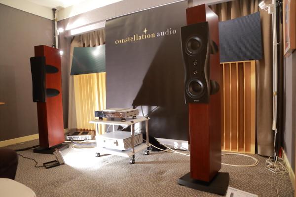 鳴曲這次擔綱發聲的喇叭是Dynaudio Confidence C2落地喇叭。一台CD、一部綜擴、一對喇叭,這是簡單Hi End組合的代表。