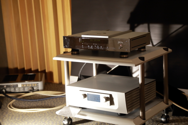 訊源使用Burmester 061唱盤,擴大機則是美國夢幻等級名器Constellation Audio 新推出的綜合擴大機Argo。