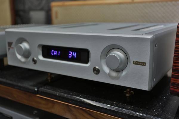 要分辨AX-5 Twenty最好的方法就是看面板右側多了一塊「Twenty」金色銘板。