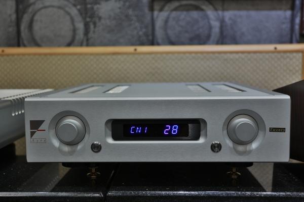 AX-5 Twenty的操作介面相當簡潔,而且採對稱式配置,左側旋鈕負責訊源切換、右側旋鈕負責音量切換。下方還有兩個打磨得比較亮的銀色按鍵,同樣左右對稱排列,左邊按鍵負責Tape Out切換、右邊按鍵負責開啟靜音或低耗電模式。