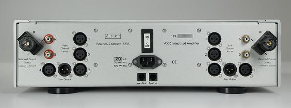 AX-5的背後觀察,會發現電源開關位於正中央,左右聲道嚴格分離。