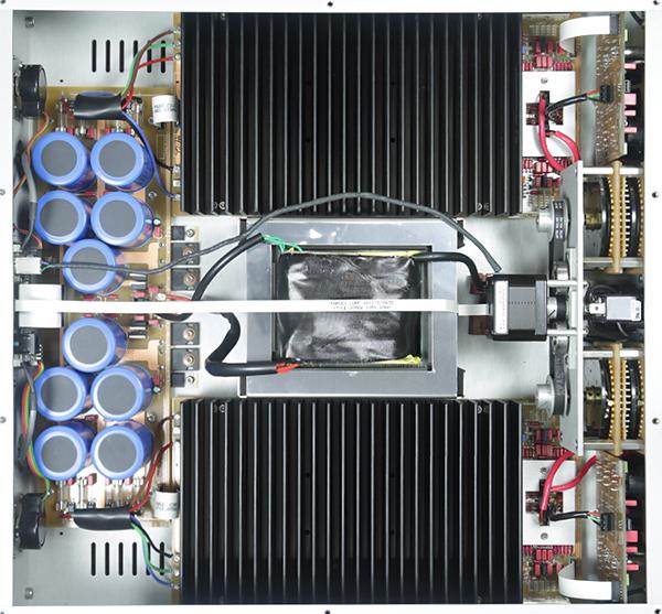 打開機箱內部看,左右聲道一樣分成兩半,內中使用EI變壓器。