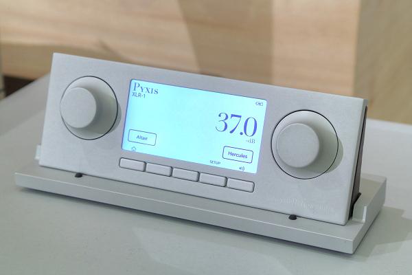 基座可提供Pyxis遙控器的充電與連結功能。