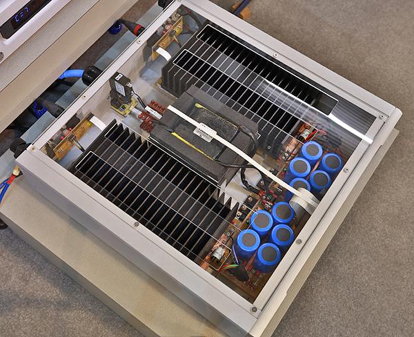 VX-5的輸出功率在8歐姆負載時為175瓦,4歐姆時則倍增為350瓦。可以看到機箱內大型散熱鰭分置兩側。