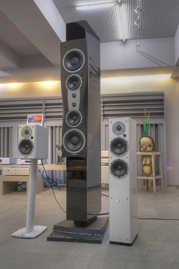 試聽時搭配的喇叭是Dynaudio Confidence C4 II落地喇叭(中間最高的),在Confidence C4 II兩側的則是Dynaudio XEO 3與XEO 5無線喇叭。