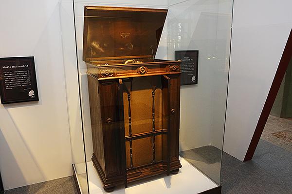 下一個展區是以音響器材硬體為主,第一個看到的是被後人稱為留聲機之王的Victor Credenza 8-30,採全原木製造,重量達100公斤。